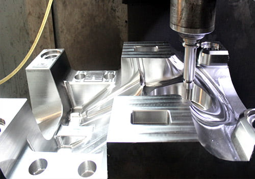 Comparison of injection moulding and blow moulding